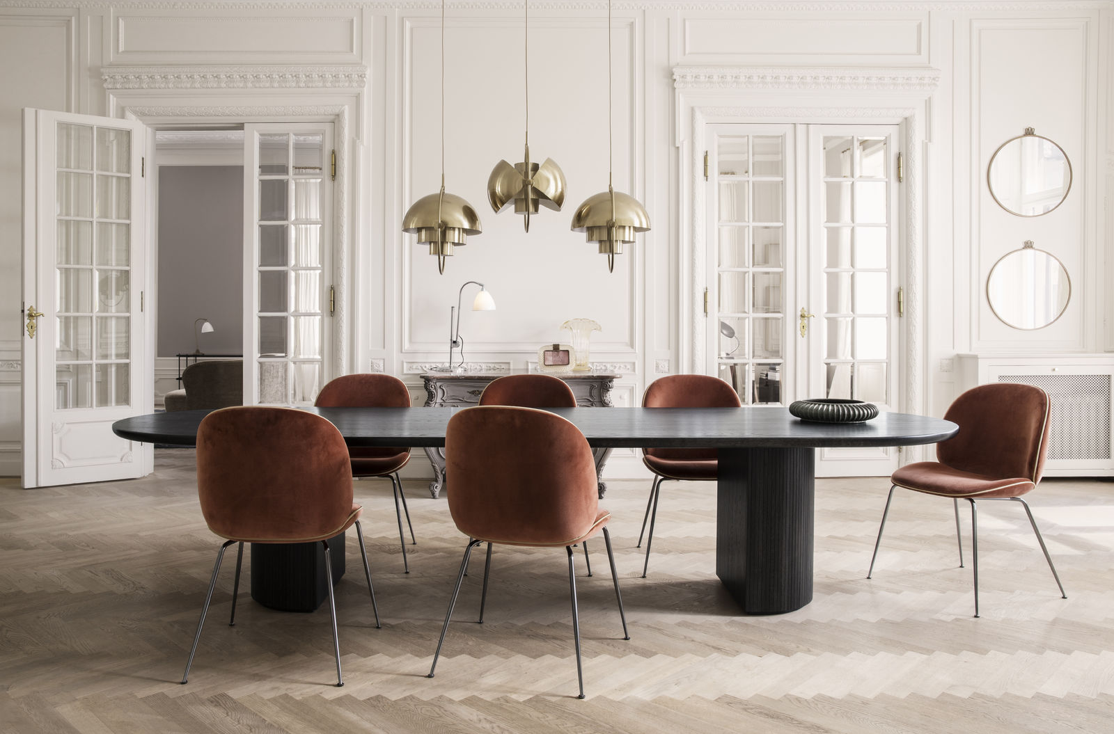 randaccio-mirror_beetle-chair-velluto-641-piping-luca-g066_017_moon-dining-tablel_multi-lite_bestlite-bl1_on-1600x1600