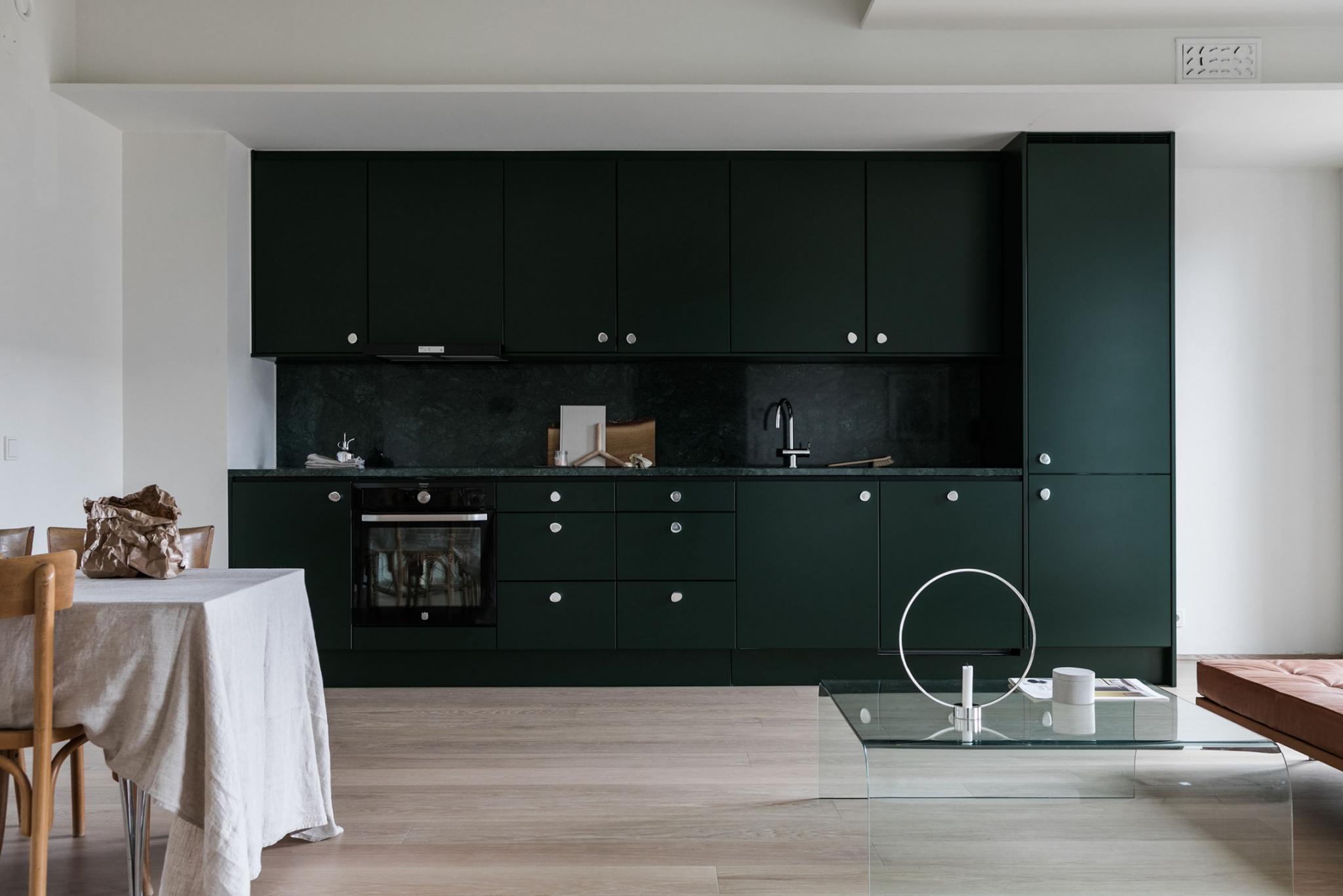 A Swedish Apartment With Emerald Green Elements Inattendu